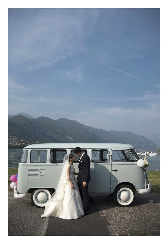 sposi con VW vintage matrimonio al Colletto